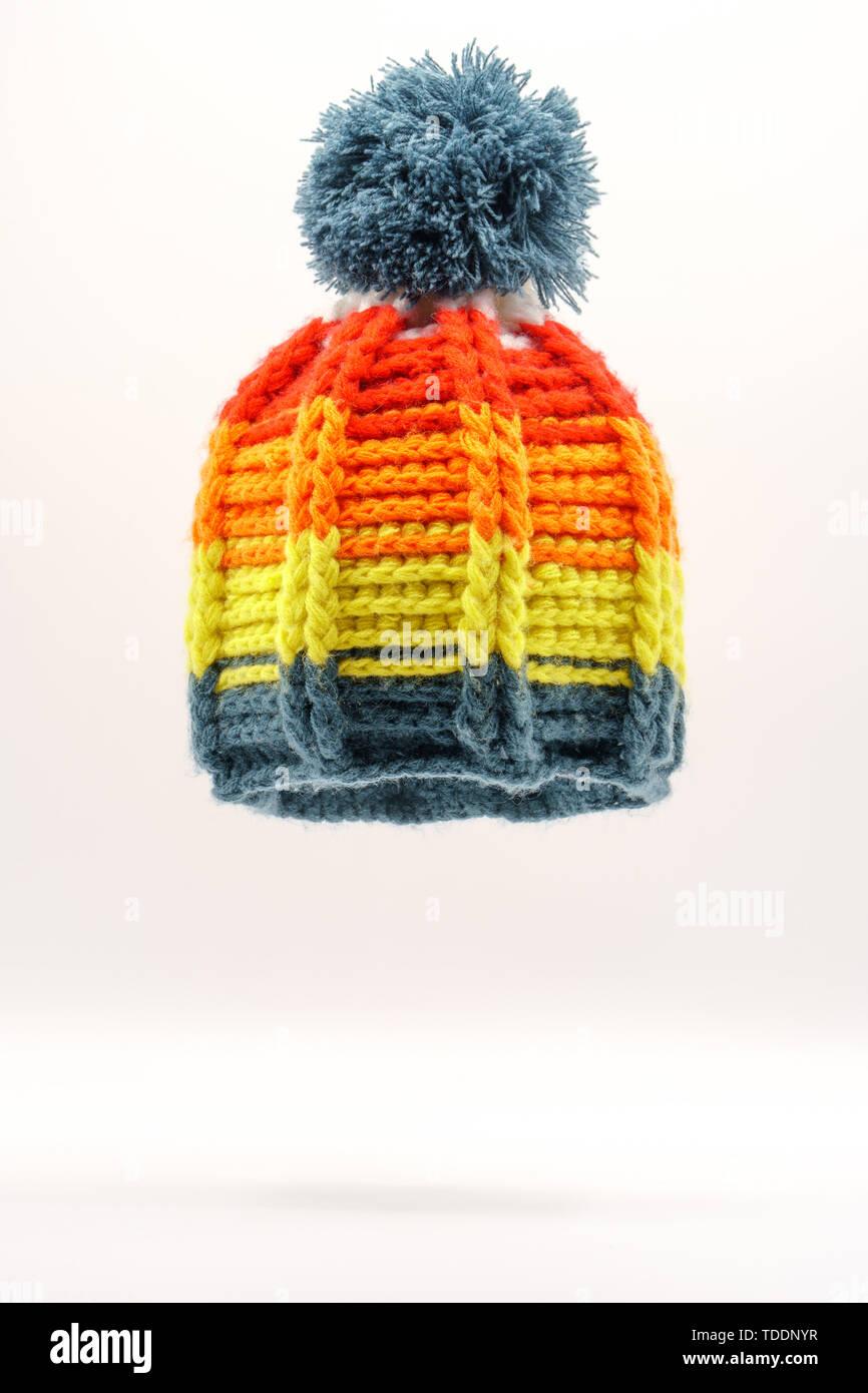 23dd180d420228 Bunte winter Strickmütze auf einem weißen Hintergrund. Handarbeit. Winter  Mode für Männer, Frauen