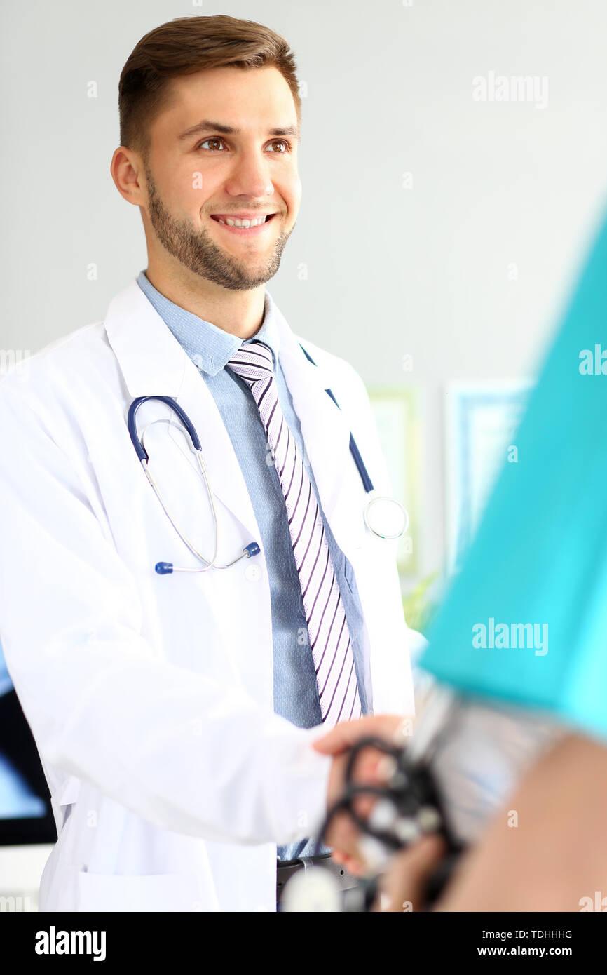 Freundlich fröhliche Arzt Stockbild