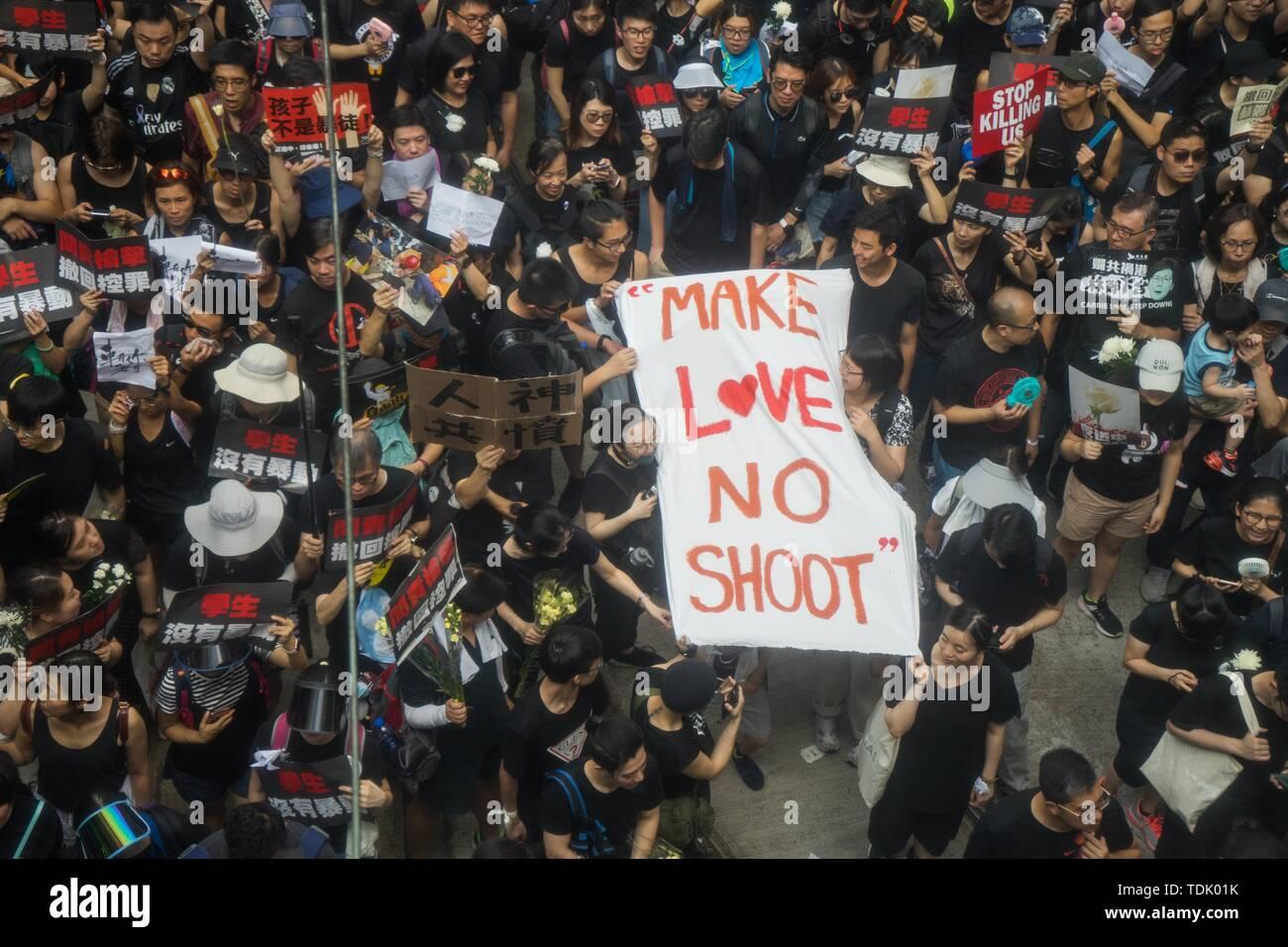 """Die Demonstranten marschierten durch die Straßen von Hong Kong holding Banner während der Messe Rallye, die unter anderem für Forderungen, die Rücknahme der umstrittenen Auslieferung Bill und den Rücktritt des Vorstandsvorsitzenden Carrie Lam genannt. Die Banner, erklärte, dass """"die Menschen und Götter wütend waren' und 'make Love, Keine (Keine) schießen. Trotz versuchen, den Chief Executive Carrie Lam der Spannungen durch die Vereinbarung den umstrittenen Entwurf auszusetzen, in der Nähe von 2 Millionen Menschen in den Sonntag Rallye teilgenommen zu erleichtern, so die Veranstalter. Die Demonstranten forderten die Rücknahme der controvers Stockbild"""