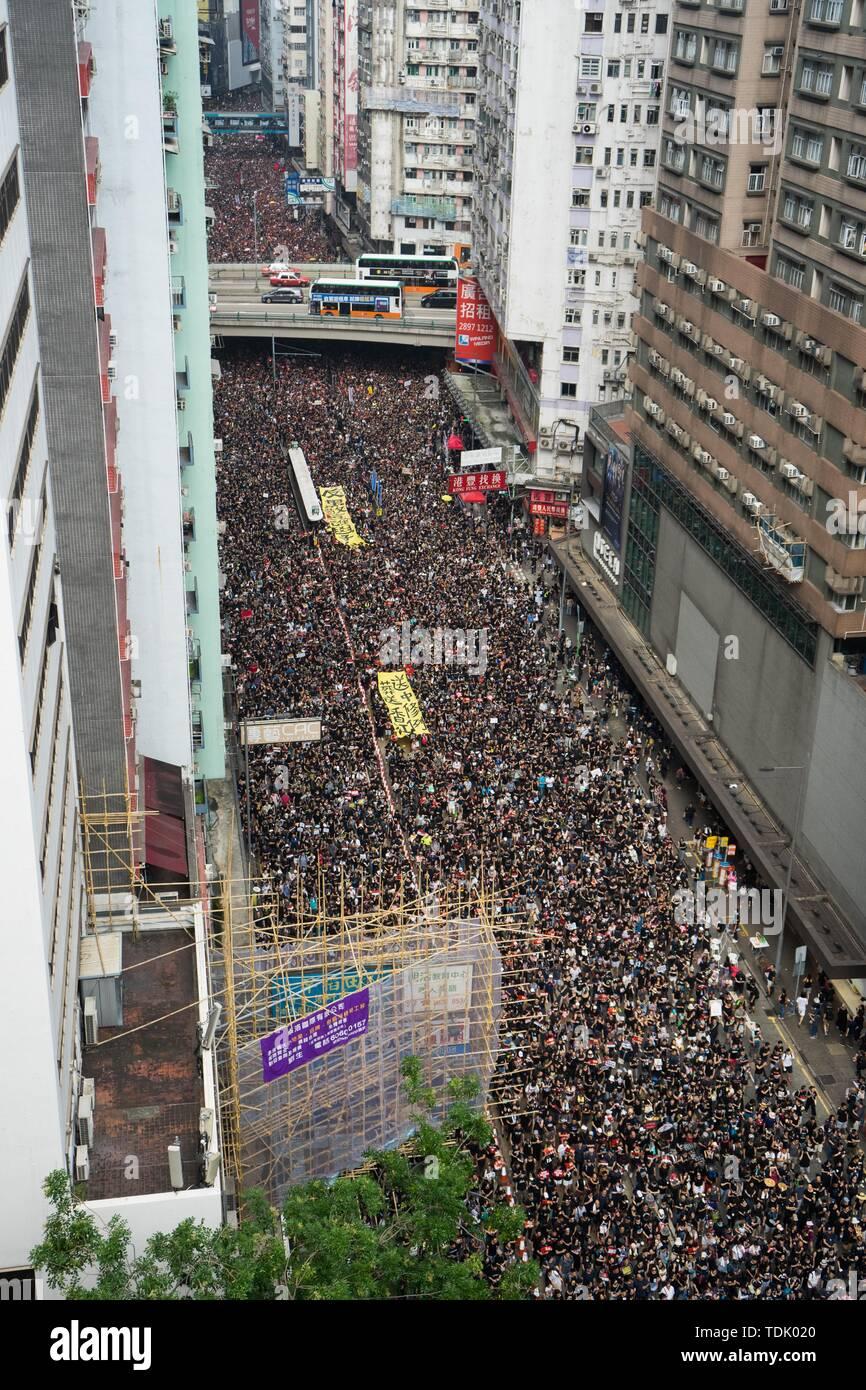 Die Demonstranten marschierten durch die Straßen von Hong Kong holding Banner während der Messe Rallye, die unter anderem für Forderungen, die Rücknahme der umstrittenen Auslieferung Bill und den Rücktritt des Vorstandsvorsitzenden Carrie Lam genannt. Die Banner angegeben nicht die Auslieferung auf Rechnung. Trotz versuchen, den Chief Executive Carrie Lam der Spannungen durch die Vereinbarung den umstrittenen Entwurf auszusetzen, in der Nähe von 2 Millionen Menschen in den Sonntag Rallye teilgenommen zu erleichtern, so die Veranstalter. Die Demonstranten forderten den Rücktritt der umstrittenen Auslieferung Rechnung, die Freigabe und nicht-Profis Stockbild