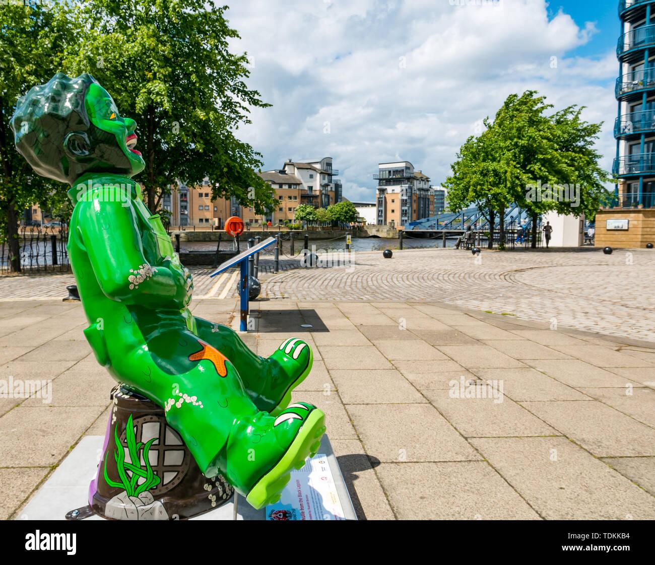 Leith, Edinburgh, Schottland, Vereinigtes Königreich, 17. Juni 2019. Der Oor Wullie grossen Wanne Trail: Eine Art Trail 200 Oor Wullie Skulpturen erscheinen in der schottischen Städte in einem Masse kunst Veranstaltung, die bis zum 30. August dauert. Oor Wullie ist eine Ikone schottischen Zeichentrickfigur aus der Sonntag Post Zeitung. Die Skulpturen wird versteigert Geld für Schottlands Kinderkrankenhaus Nächstenliebe zu heben Es gibt 5 in Leith, und 60 in Edinburgh zusammen. Wullie aus der Schwarzen Lagune von Ennis Brunton Stockbild