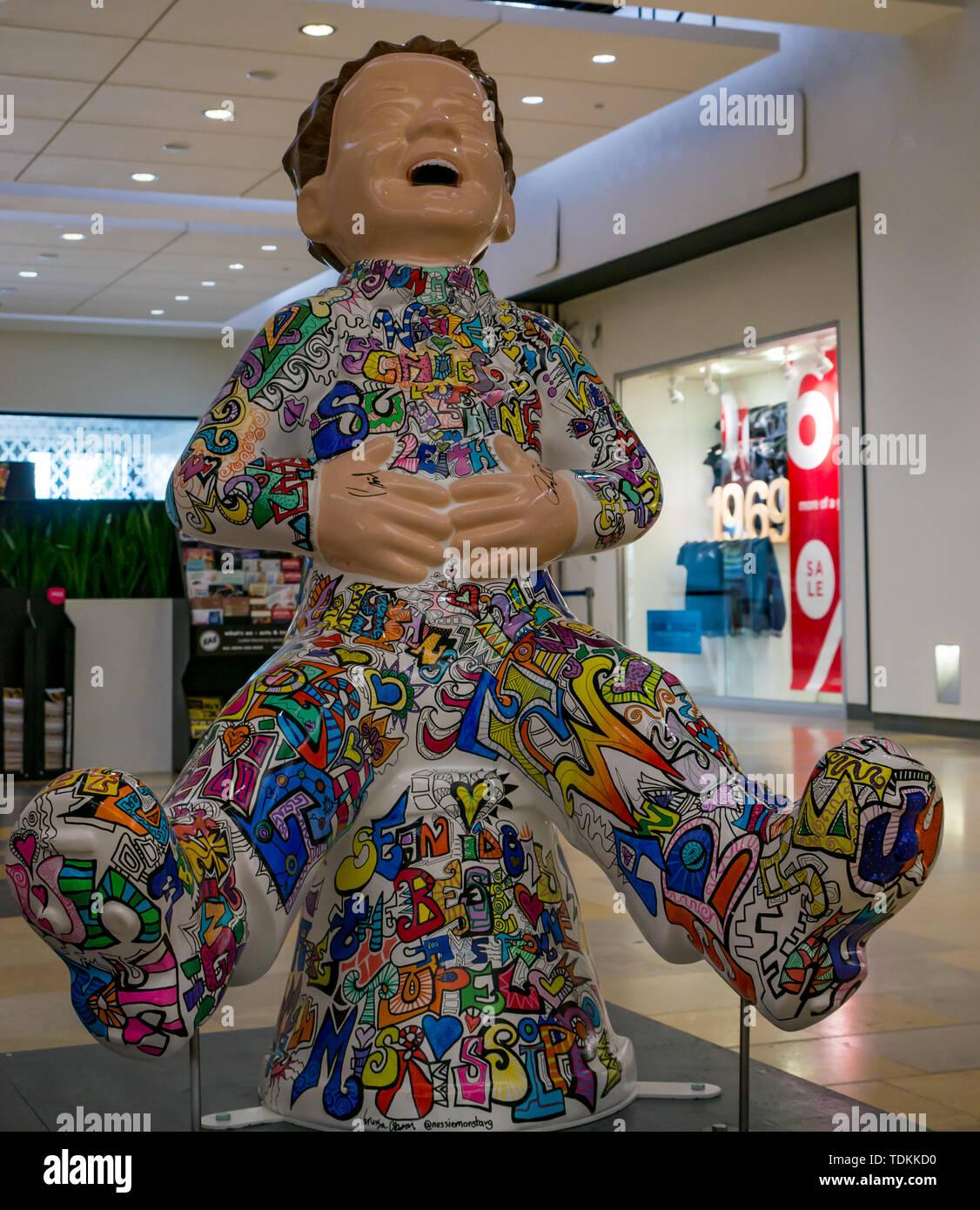 Leith, Edinburgh, Schottland, Vereinigtes Königreich, 17. Juni 2019. Der Oor Wullie grossen Wanne Trail: Eine Art Trail 200 Oor Wullie Skulpturen erscheinen in der schottischen Städte in einem Masse kunst Veranstaltung, die bis zum 30. August dauert. Oor Wullie ist eine Ikone schottischen Zeichentrickfigur aus der Sonntag Post Zeitung. Die Skulpturen wird versteigert Geld für Schottlands Kinderkrankenhaus Nächstenliebe zu erhöhen. Es gibt 5 in Leith, und 60 in Edinburgh zusammen. Die Verkündiger, Craig Reid, am Ocean Terminal von Vanessa Gibson Stockbild