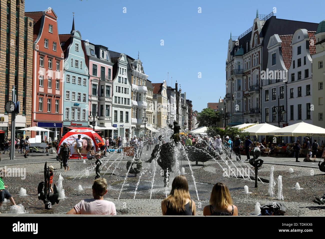 Rostock, Deutschland. 14 Juni, 2019. Die Universität Platz mit dem Brunnen der Lebensfreude, Teil des Boulevard Kröpeliner Straße. Quelle: Bernd Wüstneck/dpa-Zentralbild/ZB/dpa/Alamy leben Nachrichten Stockbild