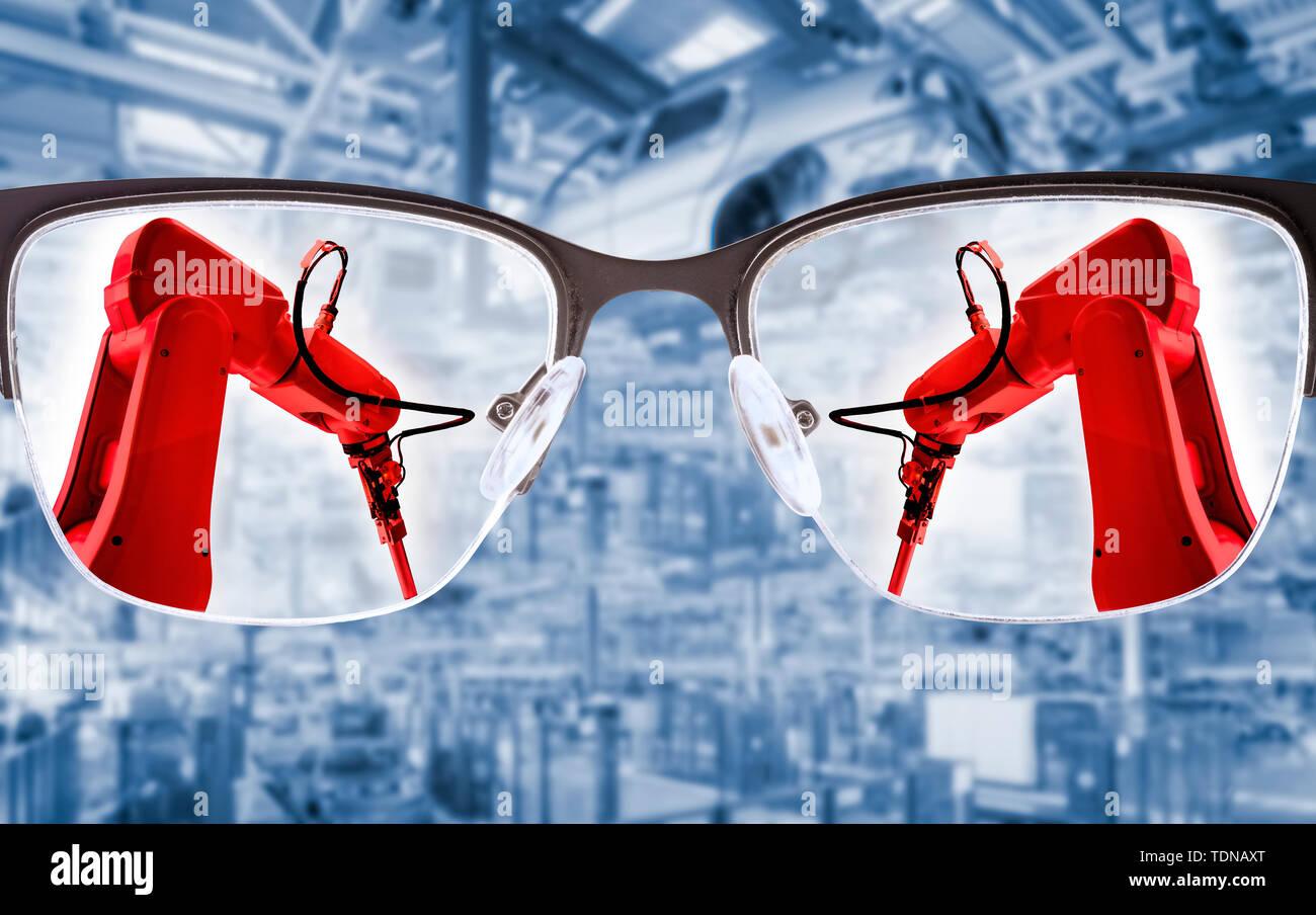 Gläser Fokus auf Industrieroboter mit Produktionshalle im Hintergrund Stockbild