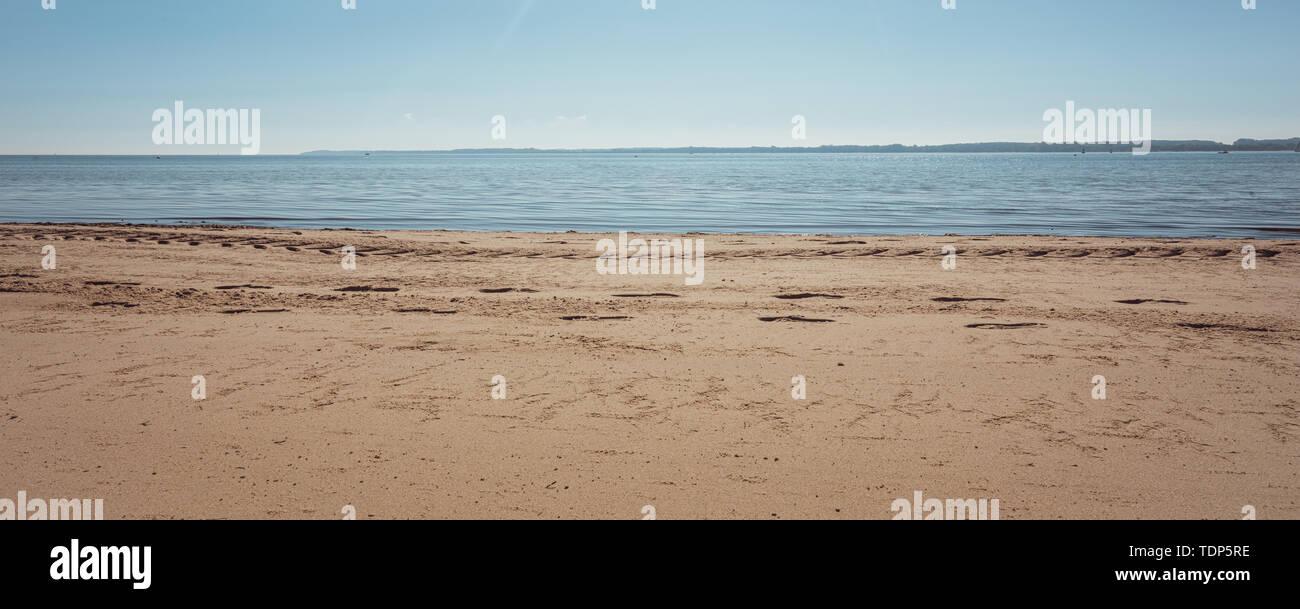 Einen Panoramablick über den Strand in das beste Wetter Stockbild