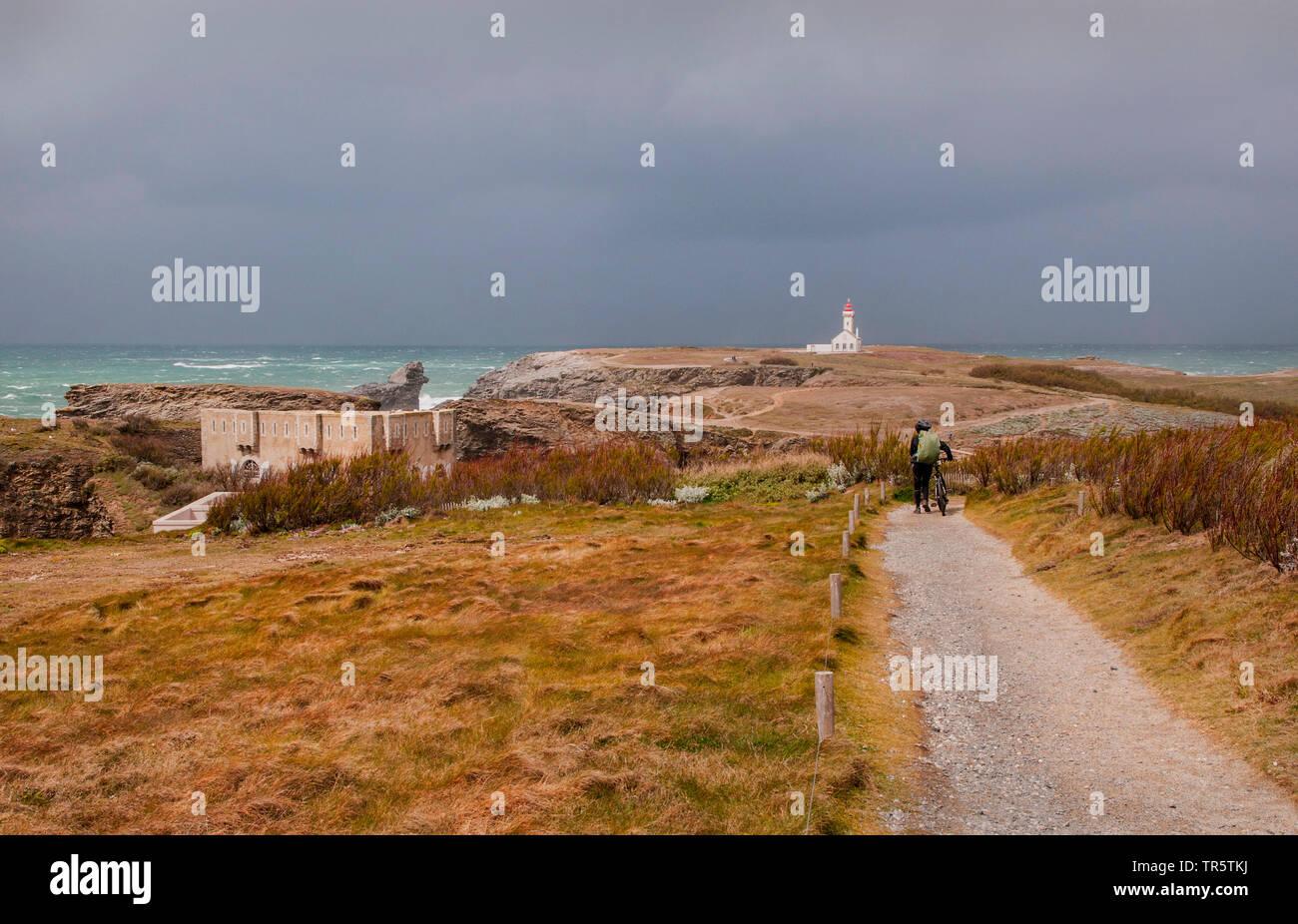 Pointe des Poulains, Leuchtturm Phare de Poulains im Hintergrund, Frankreich, Bretagne, Morbihan, Belle-Ile-en-Mer | pointe des Poulains und Phare de Stockbild