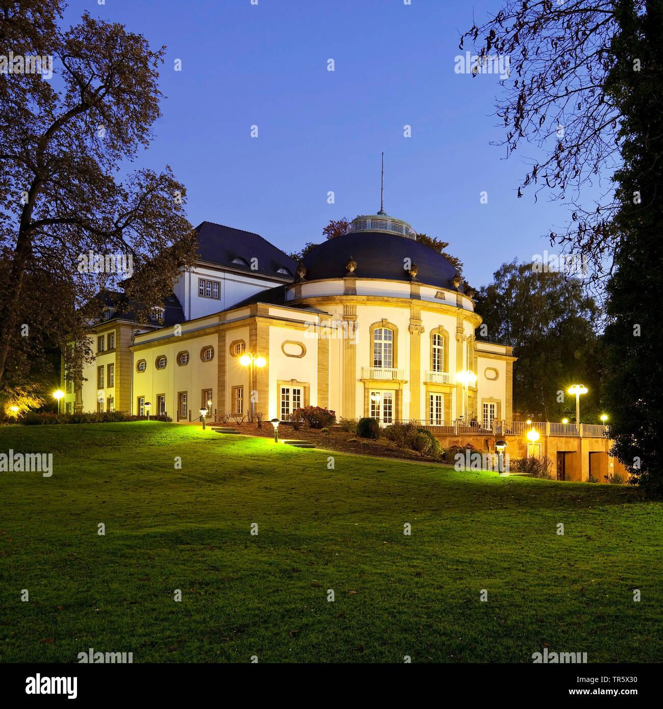Beleuchtete Theater im Kurpark an der blauen Stunde, Deutschland, Nordrhein-Westfalen, Ostwestfalen, Bad Oeynhausen. Stockfoto