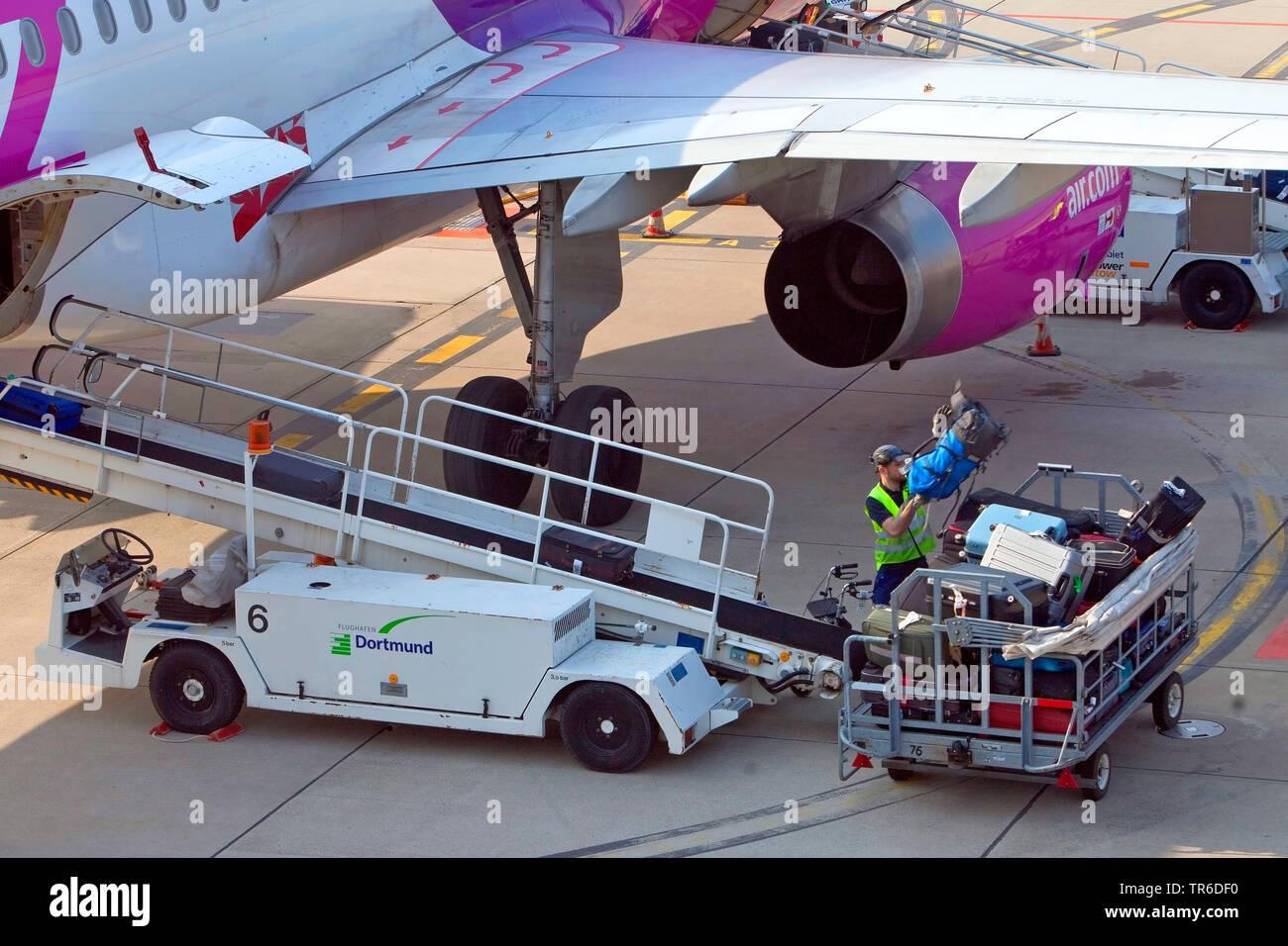 Gepäck abladen auf der Dortmund Airport 21, Deutschland, Nordrhein-Westfalen, Ruhrgebiet, Dortmund Stockfoto