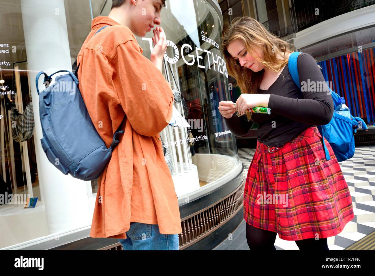 London, England, UK. Junges Paar zusammen in London Stockbild