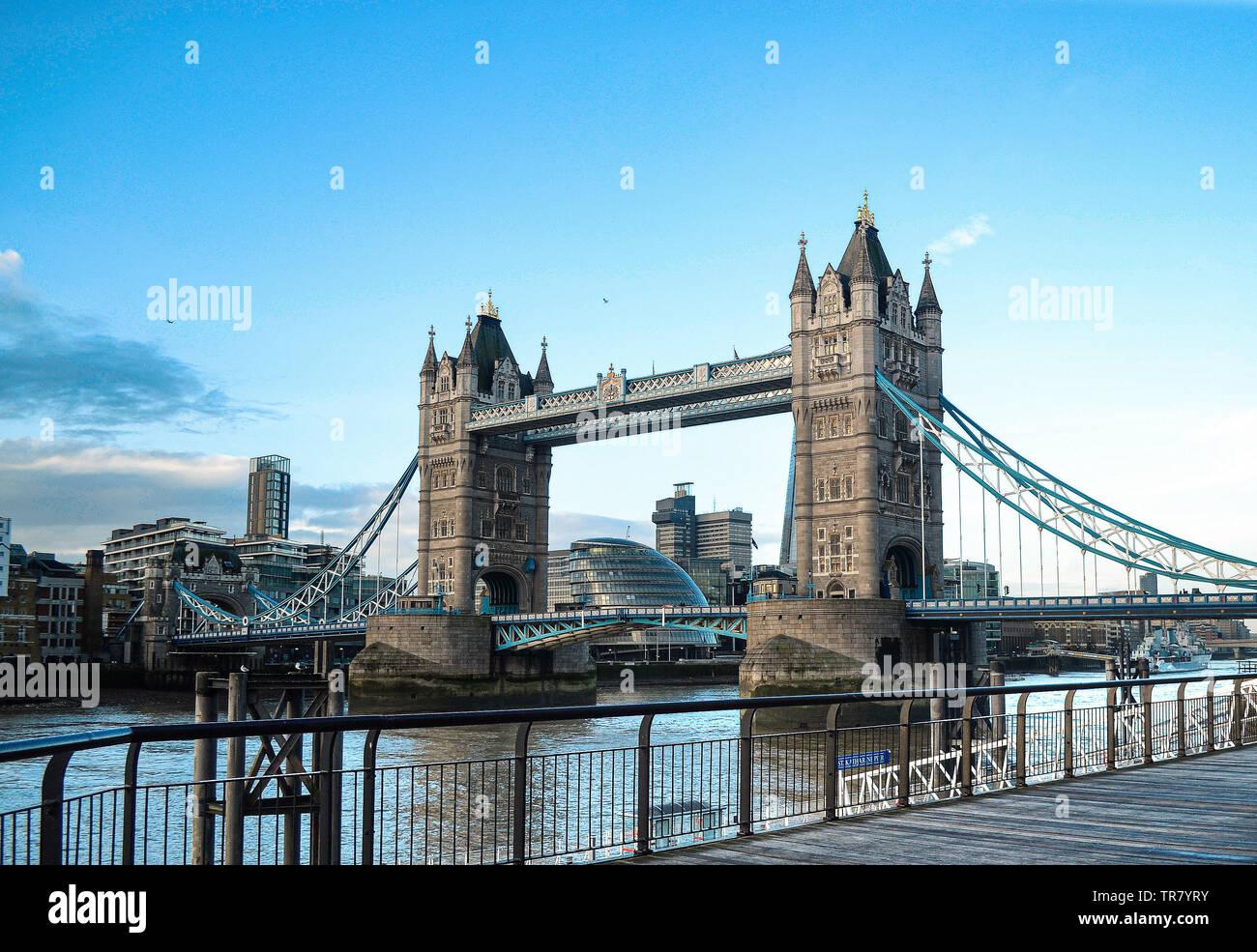 Die Tower Bridge ist eine Straßenbrücke über die Themse in London und nach der nahe gelegenen Tower von London genannt. 1894 Eröffnet. Wahrzeichen von England. Stockbild