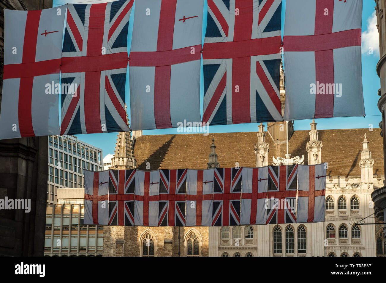 Englisch Fahnen auf Guidhall, London's Ancient Town Hall, London, UK Stockfoto