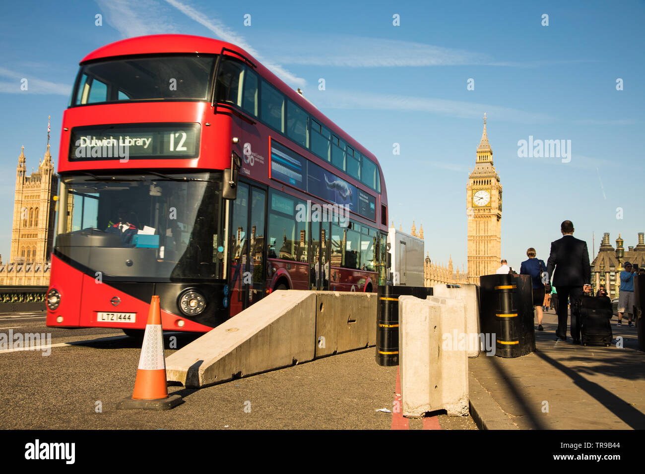 London Bus auf die Westminster Bridge vorbei Anti Fahrzeug Hindernisse Stockfoto
