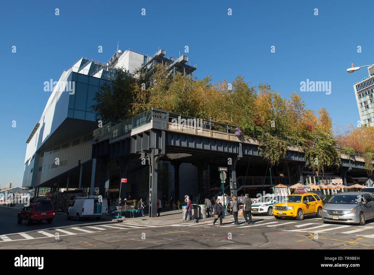 High Line in New York beginnt oder endet im Whitney Museum Sterben in der Innenstadt. // Die High Line in New York beginnt oder endet am Whitney Museum Stockbild