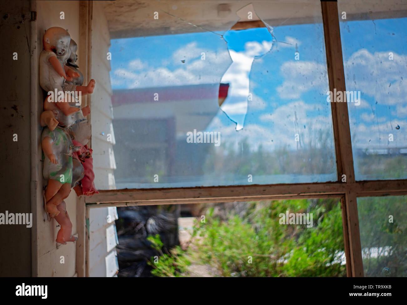 Aufgeschlüsselt SPEICHERN MIT OKKULTEN PUPPEN genagelt und an der Wand, gemalt und arrangiert. Stockbild