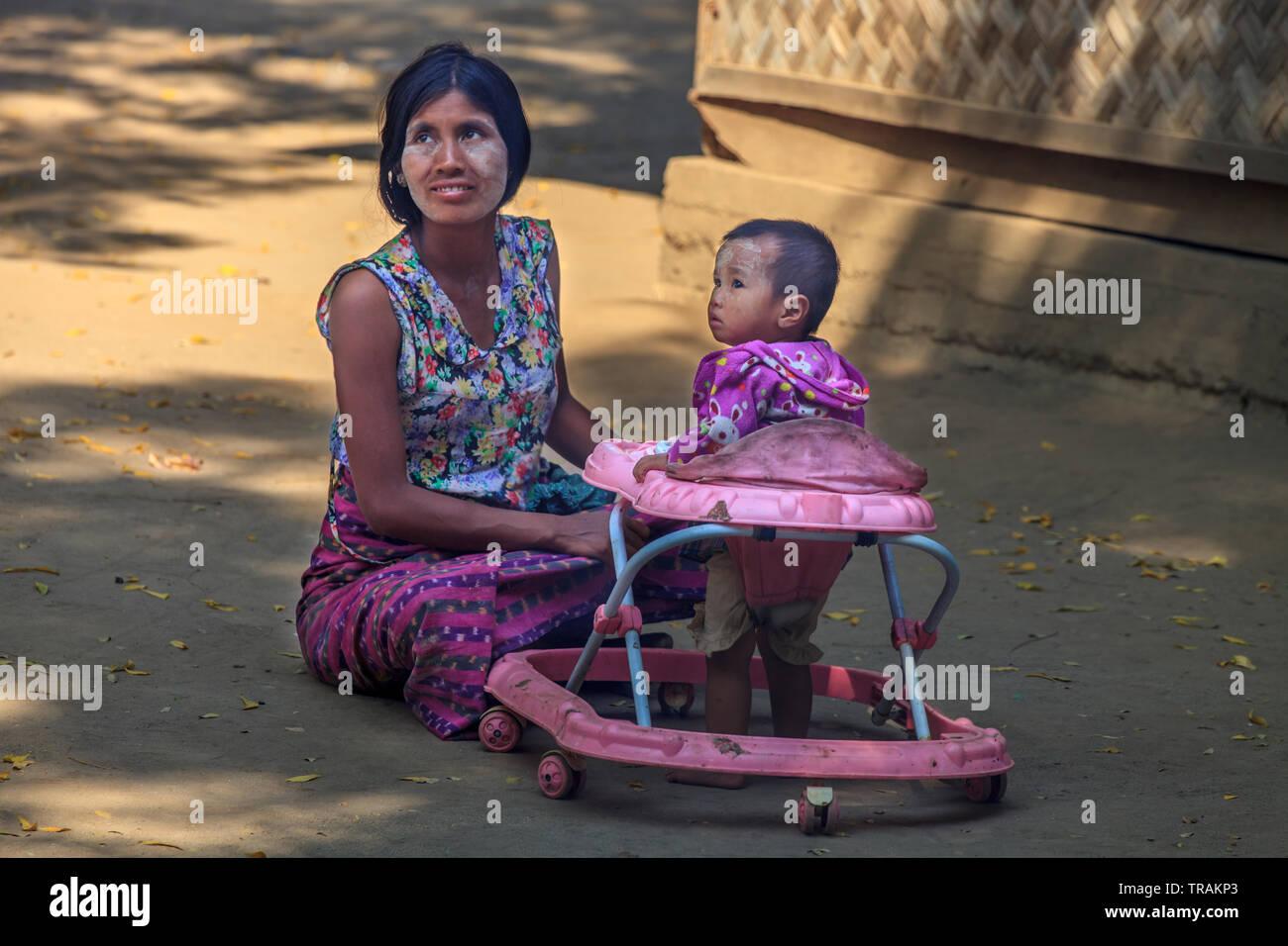 Das Leben im Dorf: junge Mutter mit ihrem Sohn Stockbild