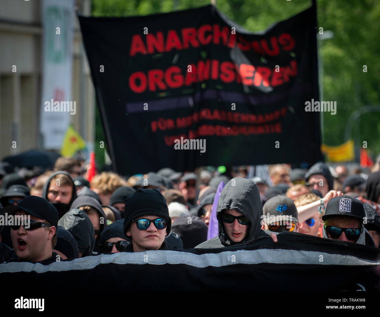 Schwarzer Block marschierenden gegen eine rechtsextreme Demonstration in Chemnitz, Deutschland. Stockbild
