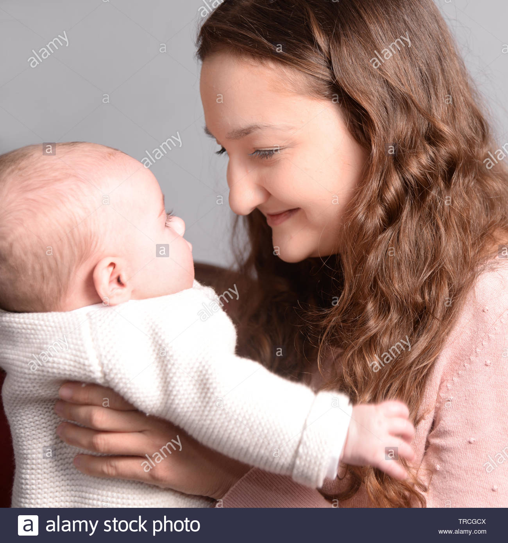 Eine Mutter und ihr baby Stockbild