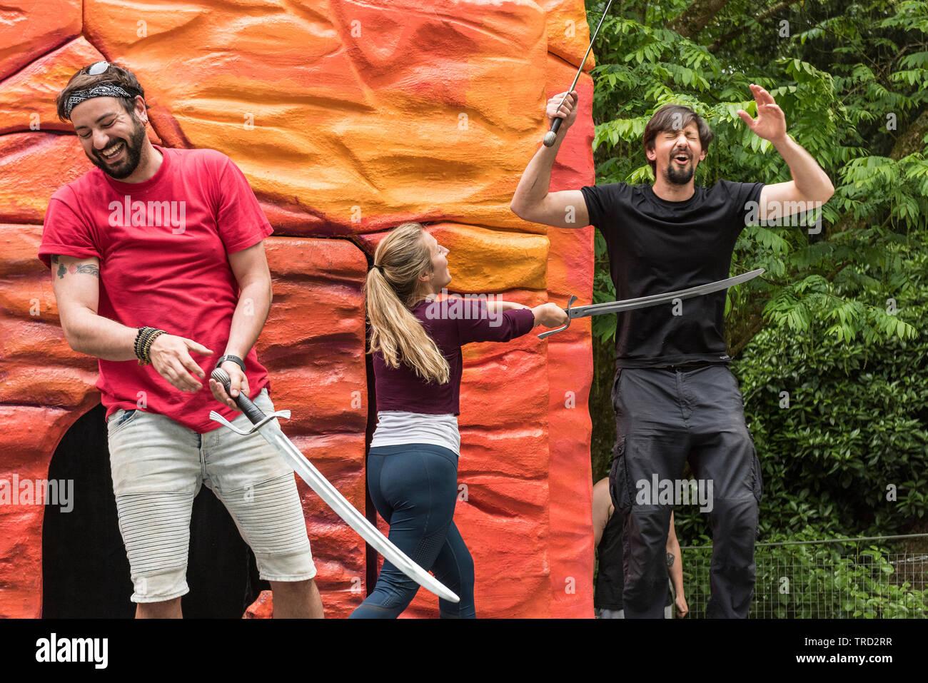 Schauspieler Proben eine Kampfszene für ein Theater Produktion. Stockbild