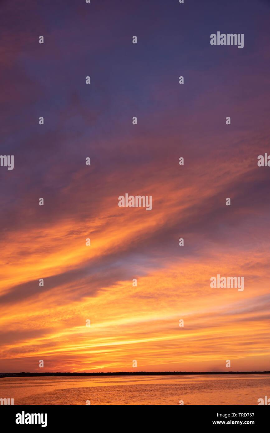 Pulsierende Florida Sonnenuntergang über den Intracoastal Waterway in St. Augustine, Florida. (USA) Stockbild