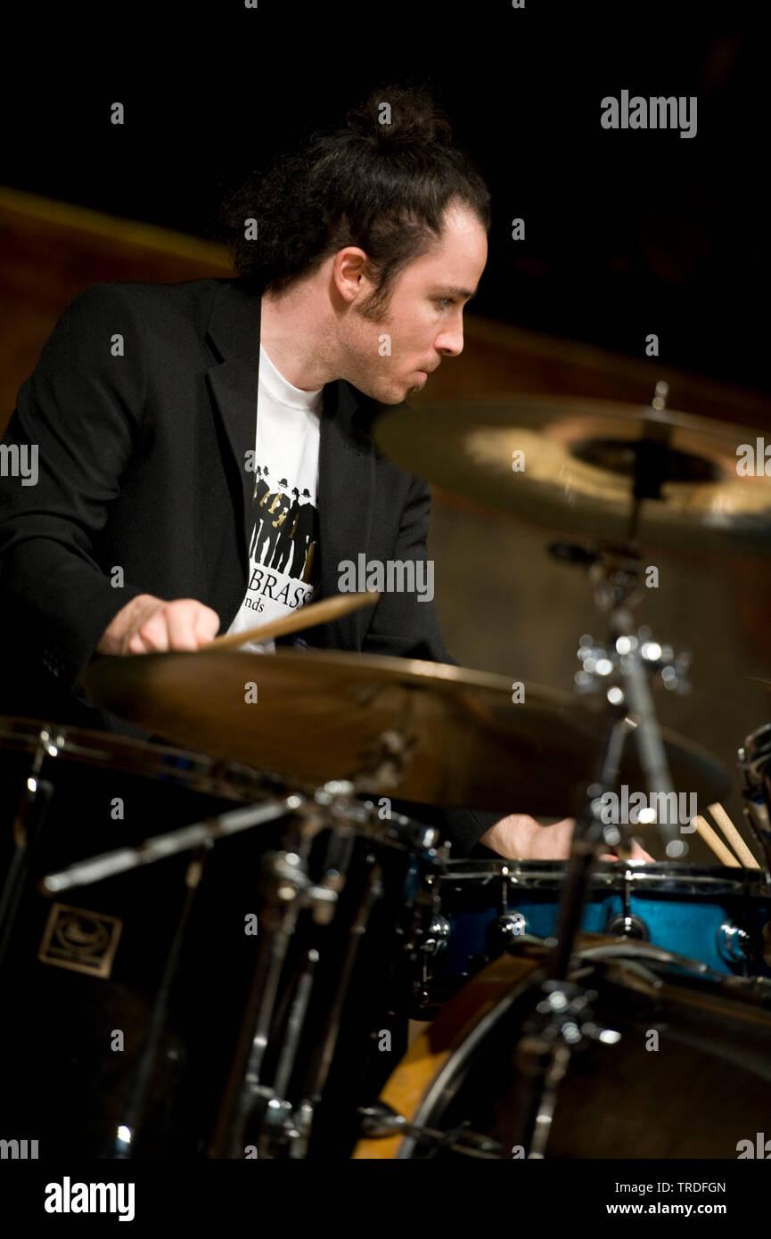 Musiker spielt mit dem Schlagzeug in einem Konzertsaal | Musiker Schlagzeug zu spielen in einem Konzertsaal | BLWS 502640.jpg [(c) Blickwinkel/McPHOTO/M. Werden Stockbild