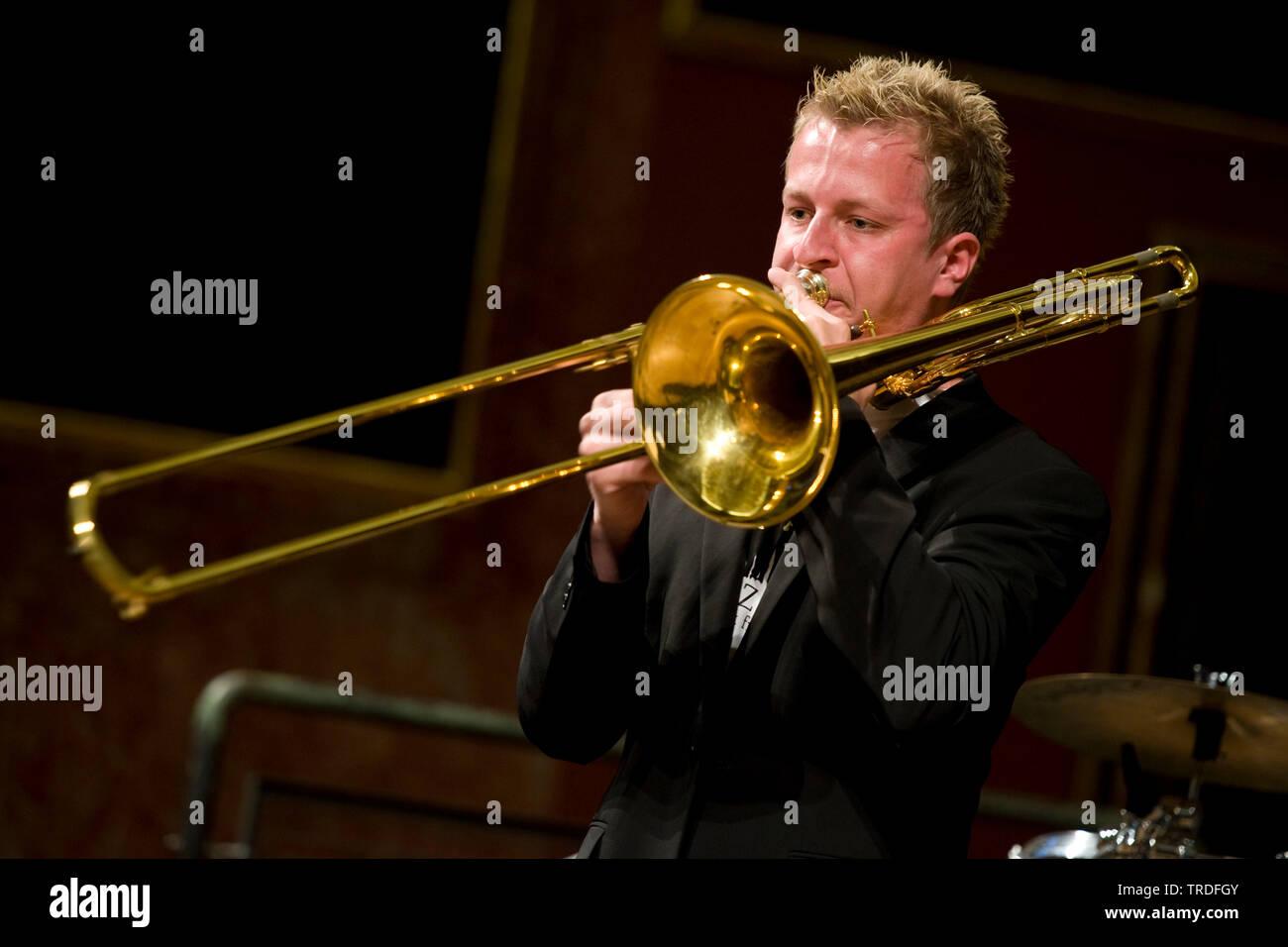 Stehender Musiker spielt auf der Tenorhorn in einem Konzertsaal | mehrere Trompeter spielen in einem Konzertsaal | BLWS 502638.jpg [(c) Blickwinkel/McPHOTO Stockbild