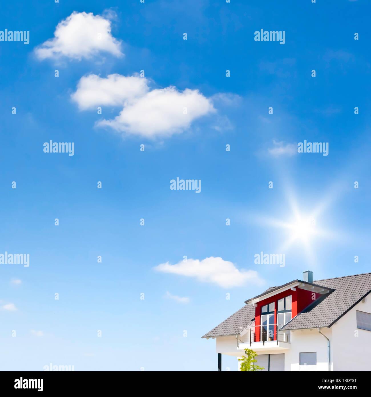 Teilansicht eines modernen Wohnhauses vor blauem Himmel | Teilansicht eines modernen Wohnungsbau Haus gegen den blauen Himmel | BLWS 512401.jpg [(c) blickwinke Stockbild
