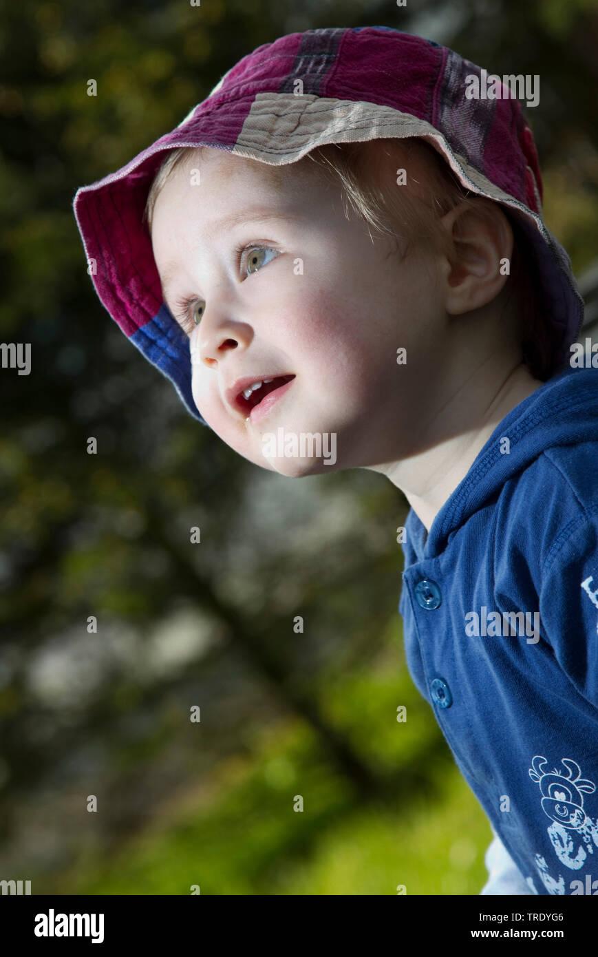 Portraet eines kleinen Jungen, der mit geoeffnetem Mund schaut gespannt nach oben | Porträt eines Jungen mit offenem Mund, neugierig, Suche | BLWS 5 Stockbild