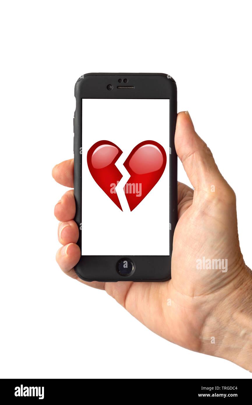 Kabelbruch im roten herzen emoji auf einem bildschirm des smartphones stockbild
