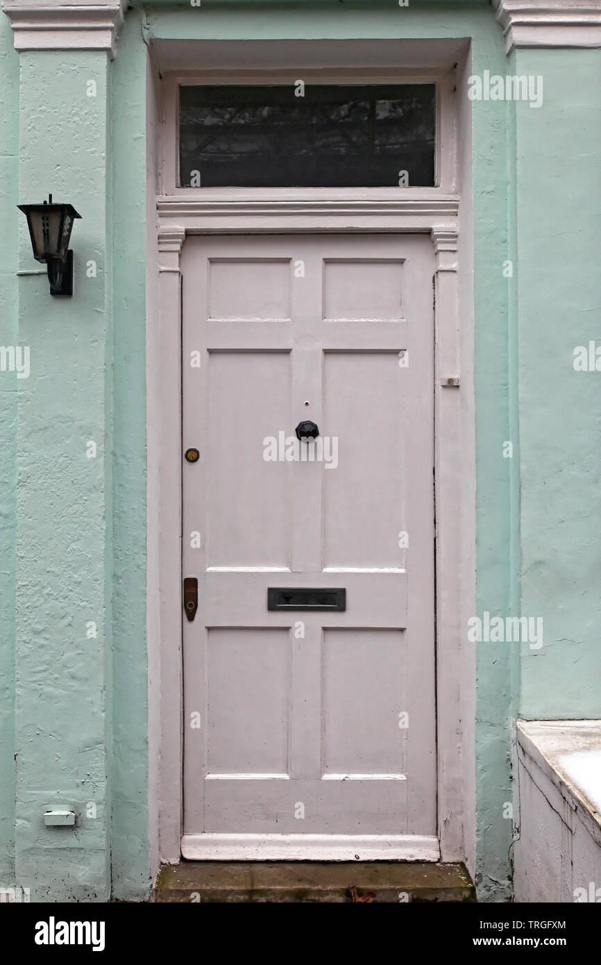 Weiße Tür altes Haus, Eingang mit Oberlicht Fenster Stockfoto, Bild ...