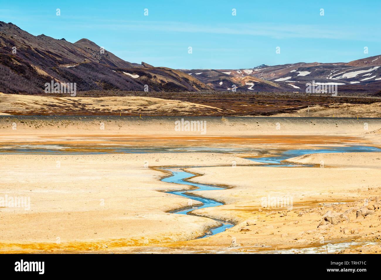 Brightlly farbige Landschaft in den hochaktiven geothermalen Gebiet am Námafjall (hverir), in der Nähe von Mývatn in North-east Iceland Stockbild