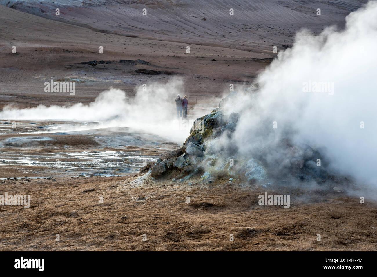 Eine dampfende Fumarole in den hochaktiven geothermalen Gebiet am Námafjall (hverir), in der Nähe von Mývatn in North-east Iceland Stockbild