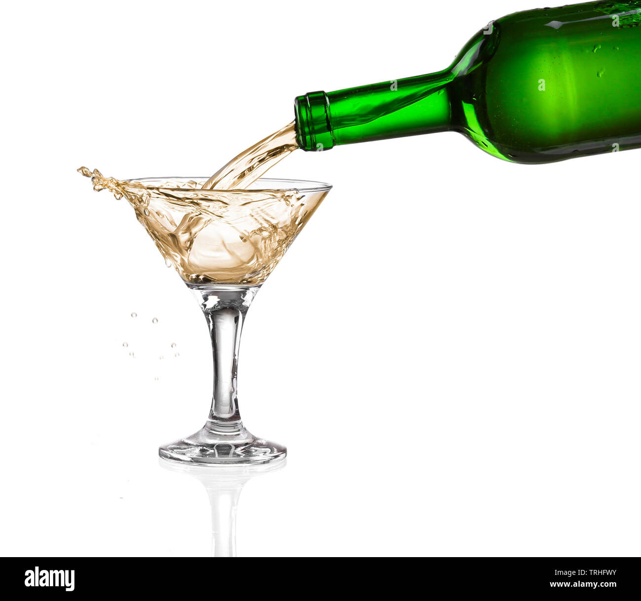 Weißer Wein Ausgießen aus der Flasche Intro das Glas auf weißem Hintergrund Stockfoto