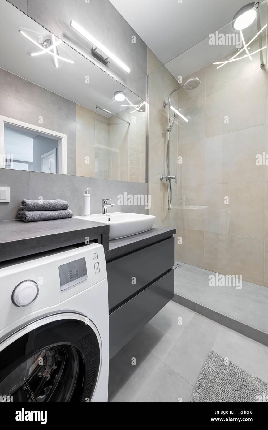 Modernes Bad Interior Design in Grau und sand Farben ...