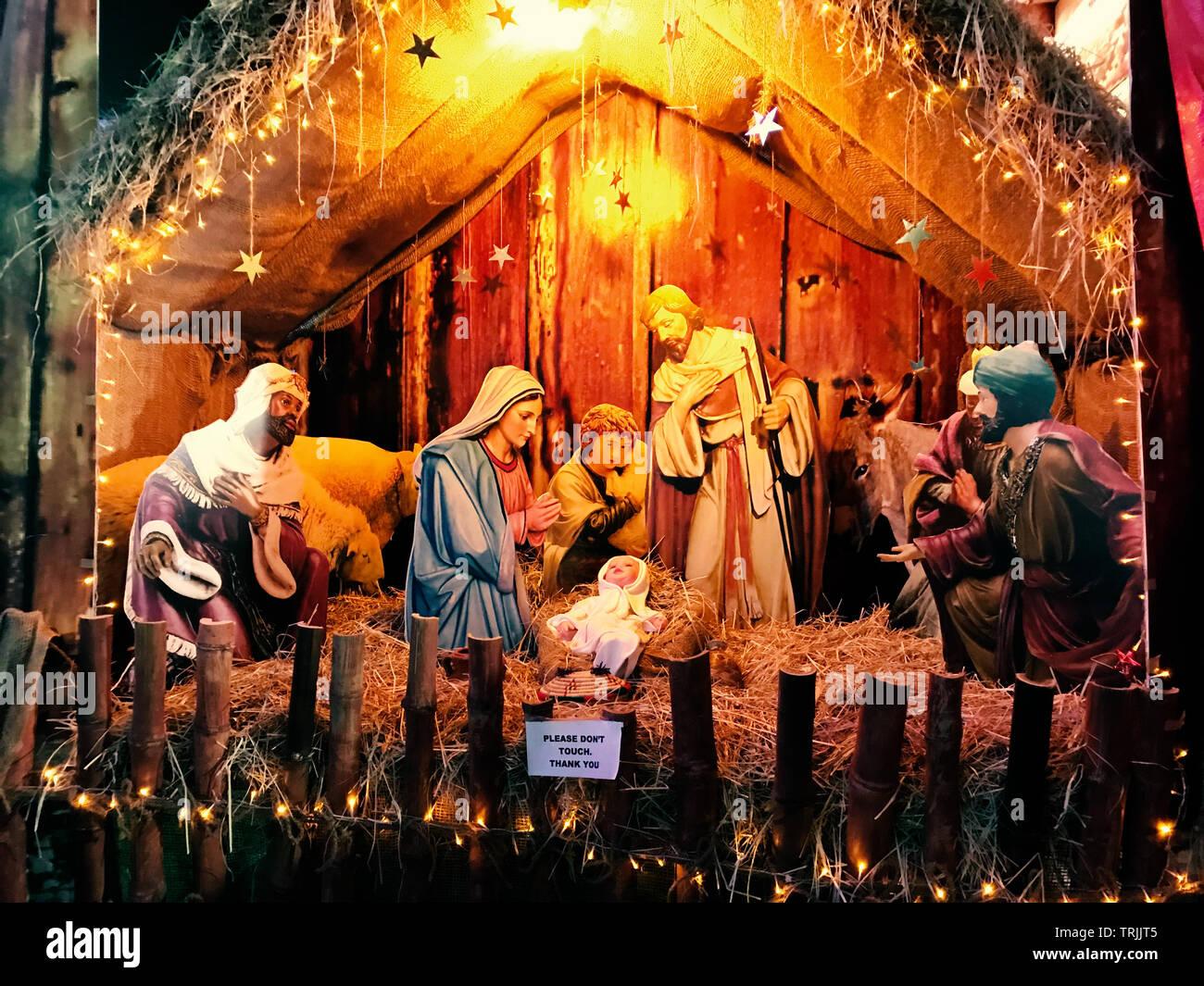 St. George orthodoxe Kathedrale, Abudhabi - Dezember 24,2017: Weihnachten Krippe mit Baby Stockfoto
