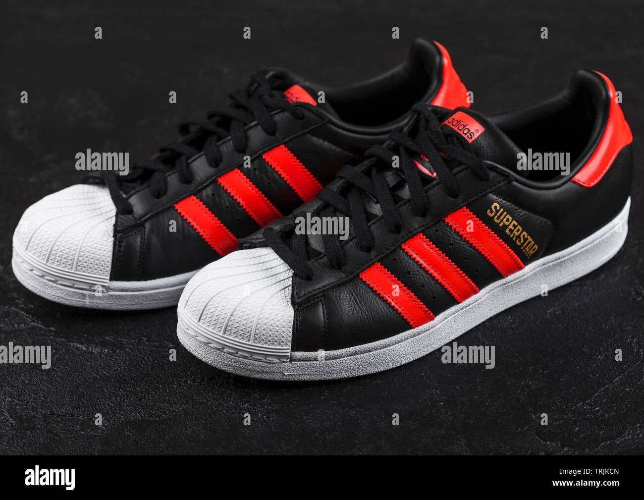81cd373c8d LONDON, UK - Juni 05, 2019: Adidas Superstar schwarze Schuhe mit roten  Streifen