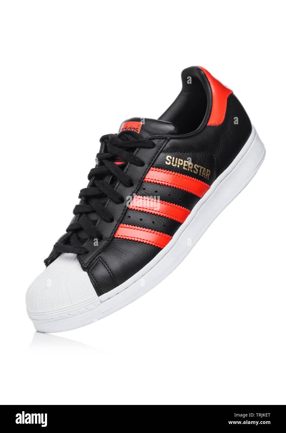 Adidas Rot Schwarz Weiß Stockfotos & Adidas Rot Schwarz Weiß