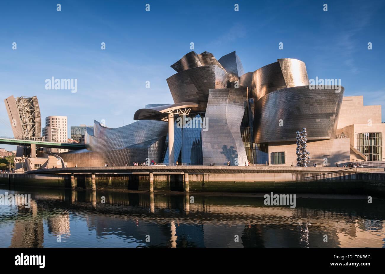 Die zeitgenössische Architektur des Guggenheim Museum Gebäude neben den Fluss Nervion, Bilbao, Baskenland, Spanien. Stockbild