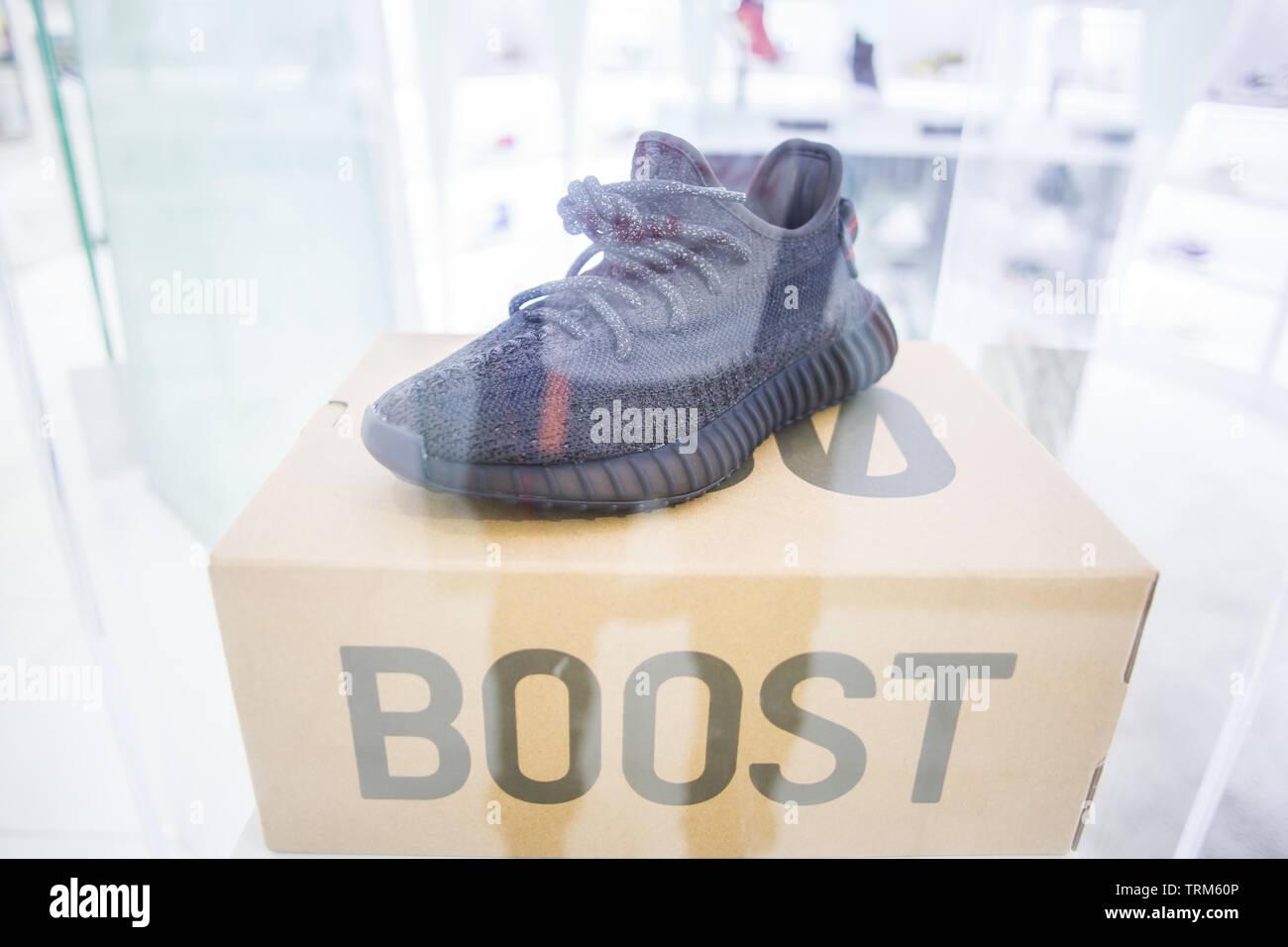 Freigabe von Adidas Yeezy Boost 350 V2 Schwarz