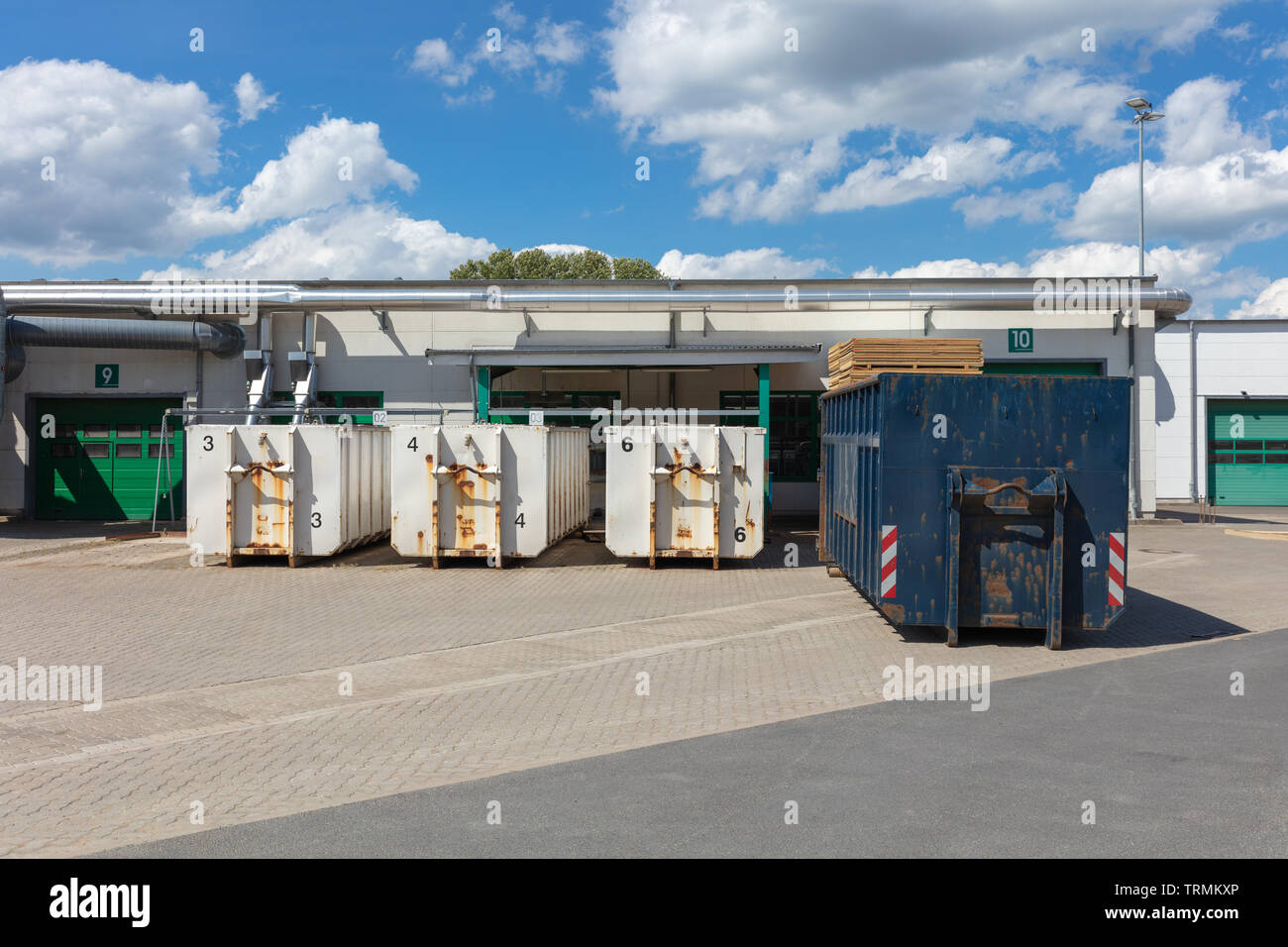 Weiß Müllcontainer stehen auf einem Fabrikgelände, und es gibt andere Müllcontainer neben ihnen Stockfoto