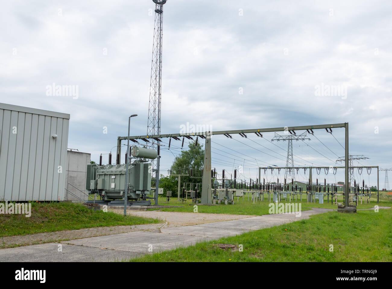 Ein Umspannwerk ist Teil des elektrischen Versorgungsnetzes eines Energieversorgungsunternehmens und dient der Verbindung unterschiedlicher Spannungse Stockfoto