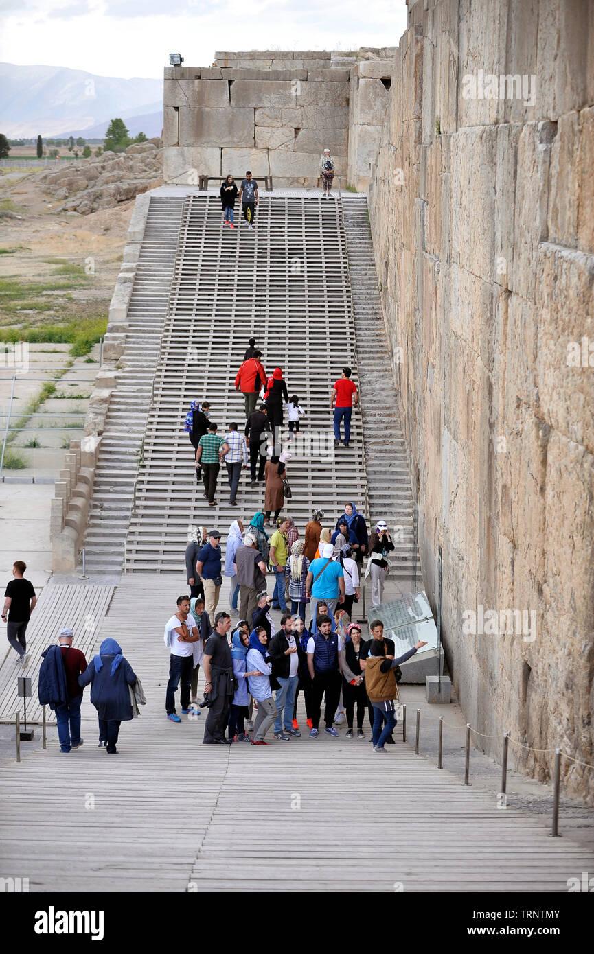 Touristen, die in der antiken Stadt Persepolis, Provinz Fars, Iran Stockbild