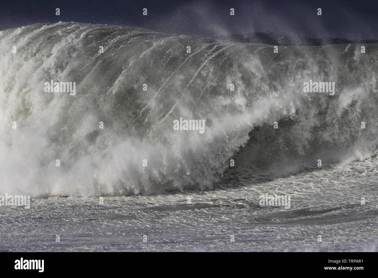 Detaillierte stürmischen brechen sea wave Stockbild