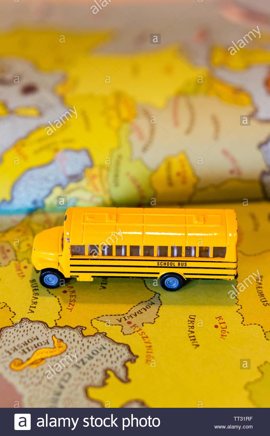 Polen Karte 2019.Spielzeug Klassischen Gelben Schulbus Auf Einer Europaischen