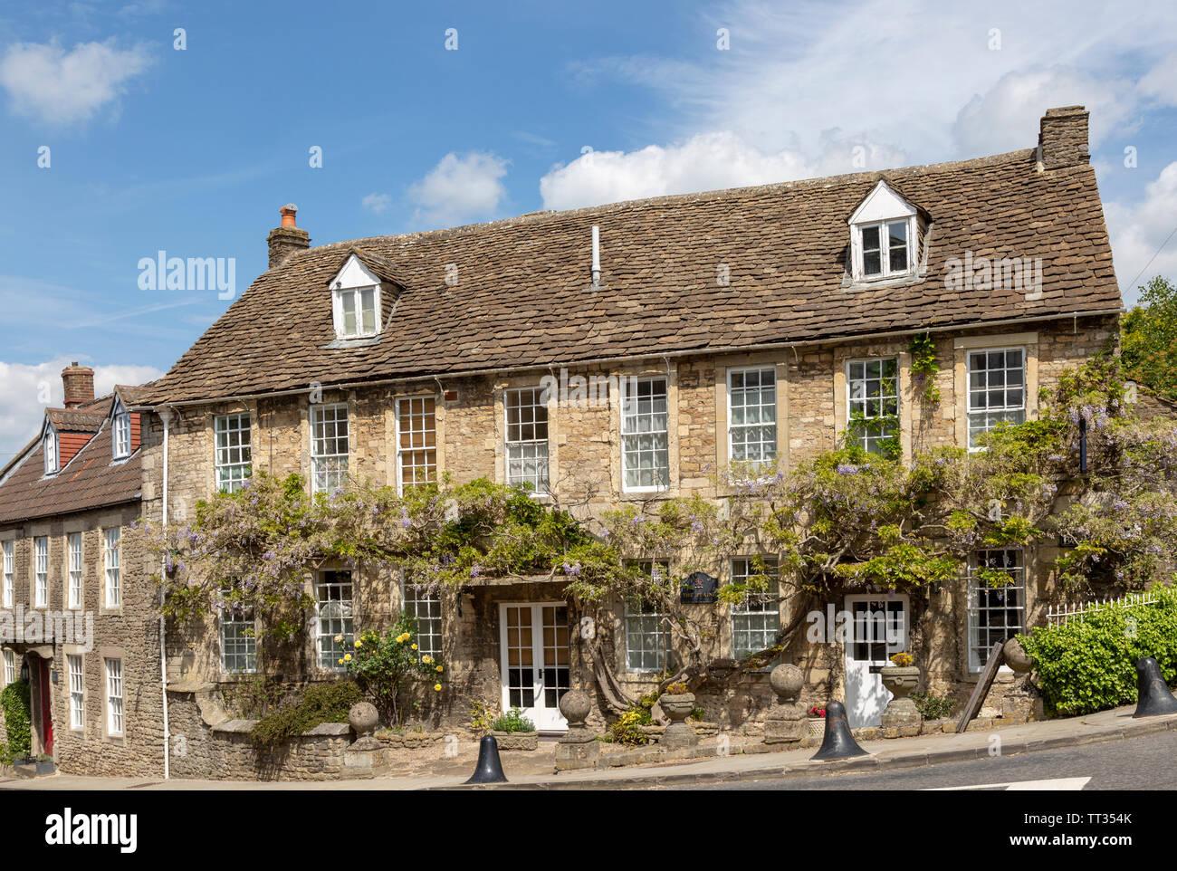 Historische Gebäude aus Stein im Dorf von Norton St Philip, Somerset, England, Großbritannien Stockbild