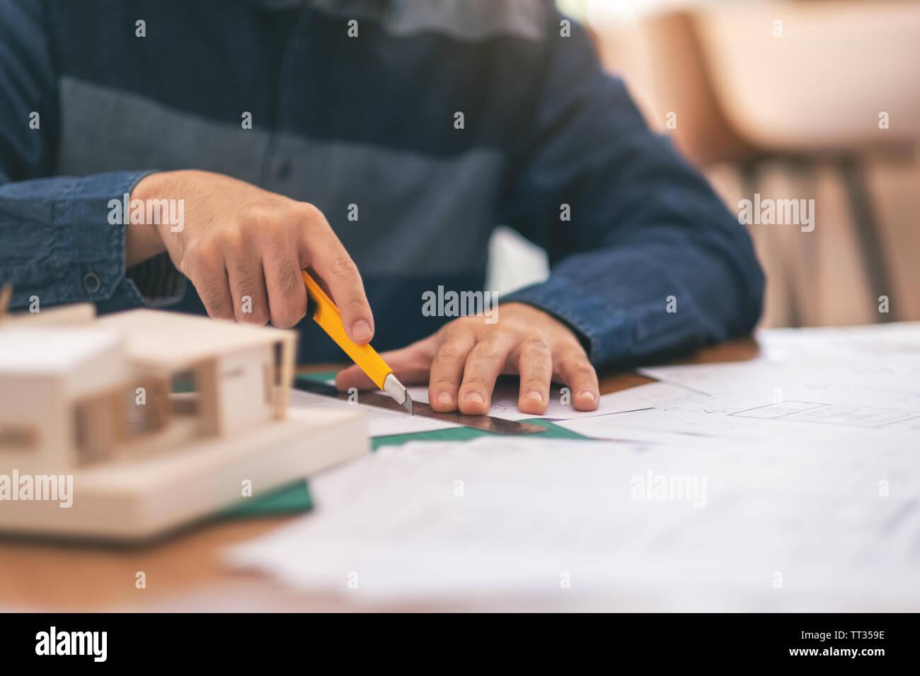 Ein Architekt arbeitet und die Papiere im Büro Stockbild