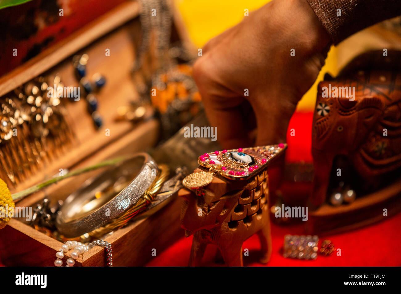 7/8 Hand decorationg Tabelle mit Schmuck Stockfoto