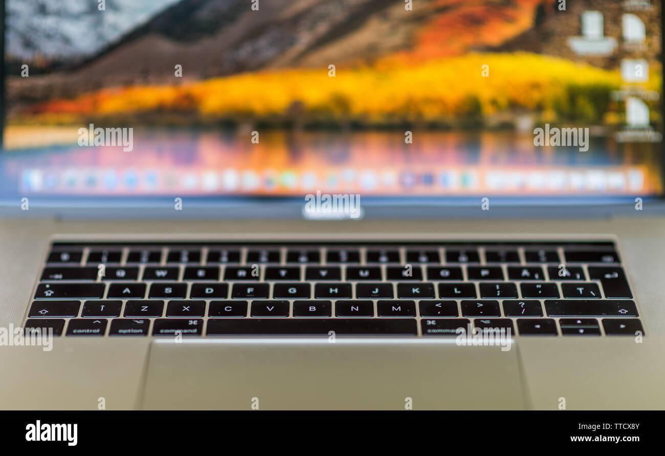 Fokalisation Computer Wallpaper Briefe Computer Anzeige Ordner Ein Bild Mit Einigen Tasten Eines Laptops Seine Technik Zu Demonstrieren Die Stockfotografie Alamy
