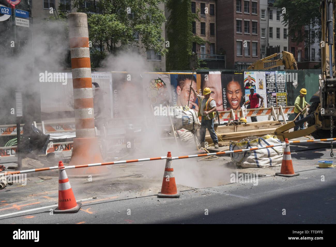 Dampf aus steigenden unter der Straße als Infrastruktur Arbeit geht auf 60th Street in der Nähe der Lexington Avenue auf der East Side von Manhattan. Stockbild