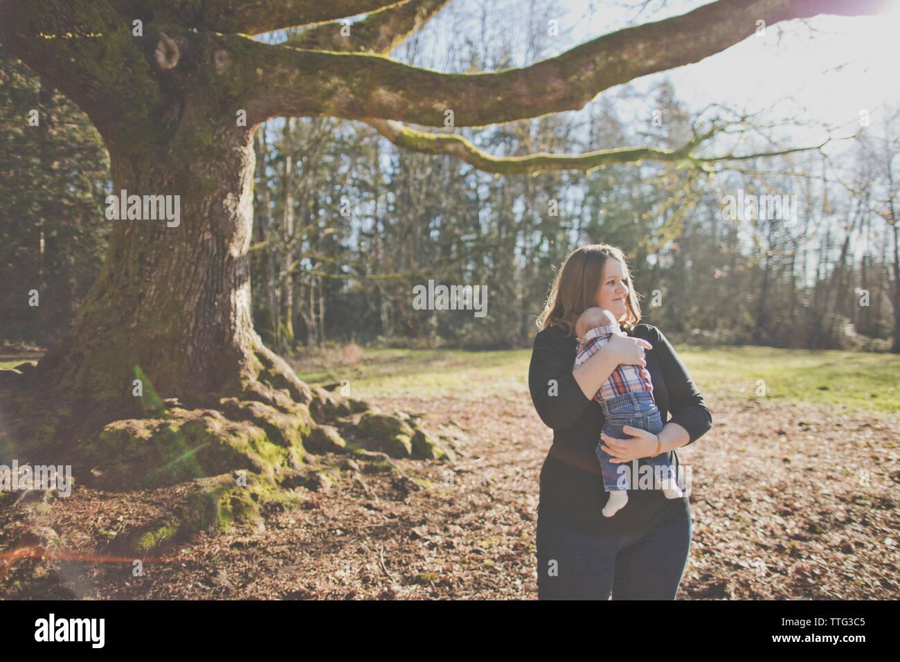 Die Mutter ihren Sohn im Freien Holding am Natur Park. Stockfoto