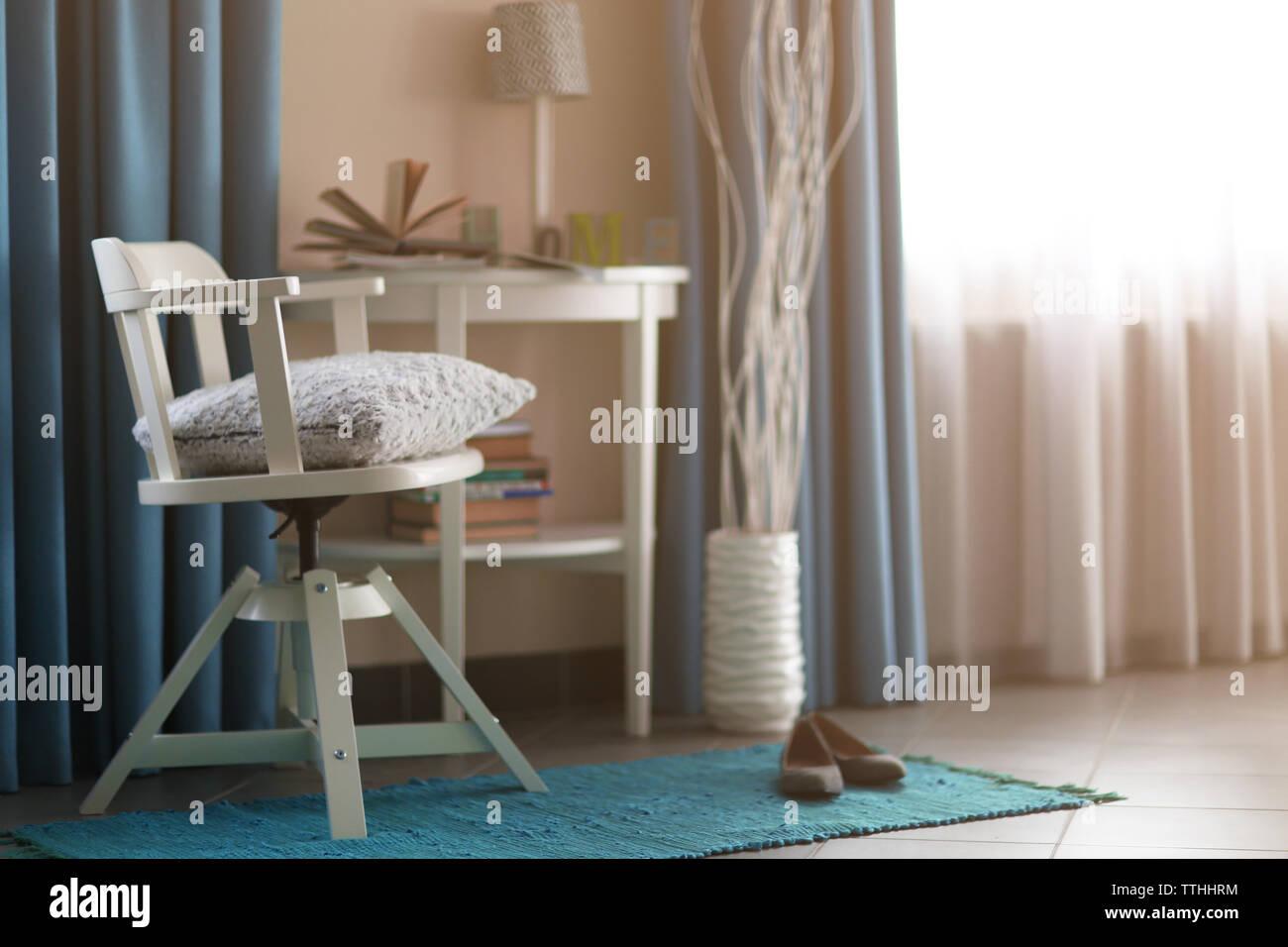 Nachttisch Und Stuhl Stockfotos Nachttisch Und Stuhl Bilder Alamy